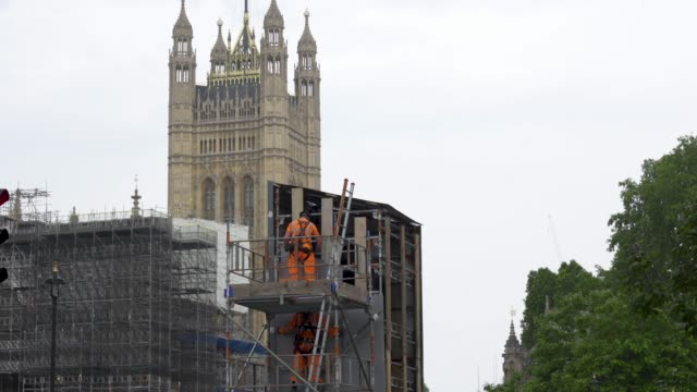 workers uncover the statue of winston churchill in parliament square on june 17, 2020 in london, england. the statue was covered up to protect it... - sculpture stock videos & royalty-free footage