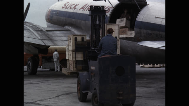 stockvideo's en b-roll-footage met workers unloading cargo from a slick airways plane at airport - lossen