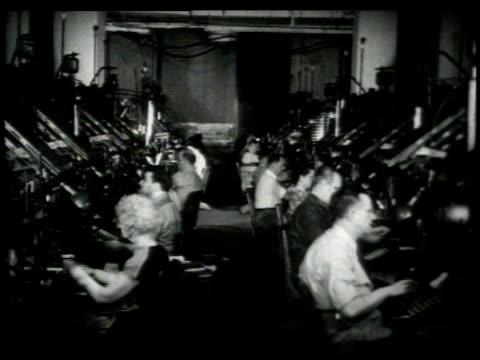 vídeos de stock e filmes b-roll de 1948 montage workers using linotype machines to transform copy into lead in composing room / new york city, new york, united states - máquina de linótipo
