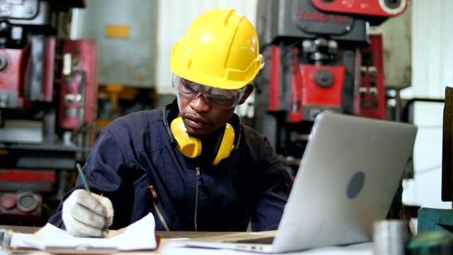 vidéos et rushes de ouvriers utilisant des casques d'air regardant ordinateur portatif - manufacturing occupation