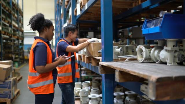 工場倉庫で働く労働者 - 棚点の映像素材/bロール