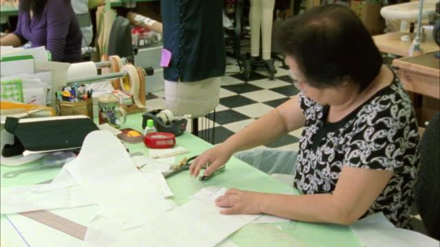 ms zo workers working in fashion designer's workshop / new york city, new york, usa  - arbeitsintensive produktion stock-videos und b-roll-filmmaterial