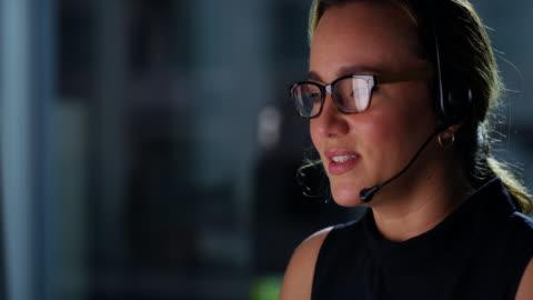 vídeos y material grabado en eventos de stock de trabajando todo el día para atender a los clientes - centro de llamadas