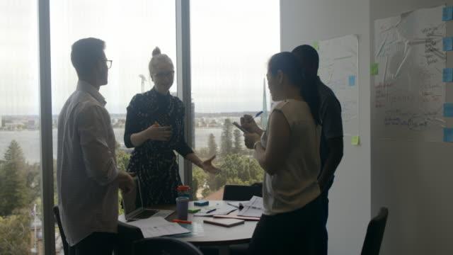 arbeta som ett team - personalmöte bildbanksvideor och videomaterial från bakom kulisserna