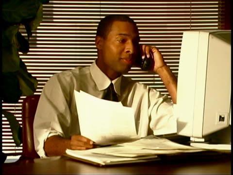 vídeos de stock e filmes b-roll de working at computer - telefone sem fio