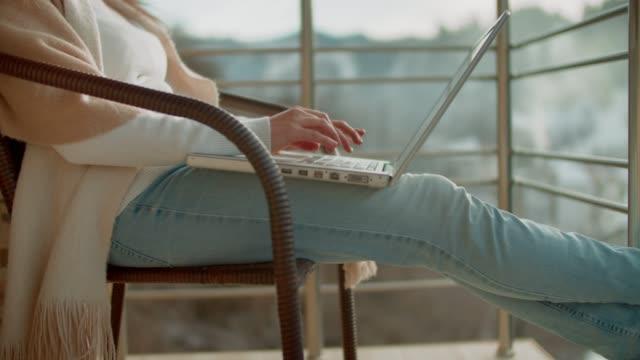 stockvideo's en b-roll-footage met thuis werken. business casual. freelance werk van ma home office. - moeiteloos