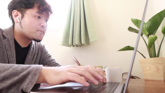 ホームオフィスで働く - 30代点の映像素材/bロール