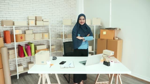 lavorare a casa - sorridente fiducia delle donne d'affari musulmane - mercante video stock e b–roll