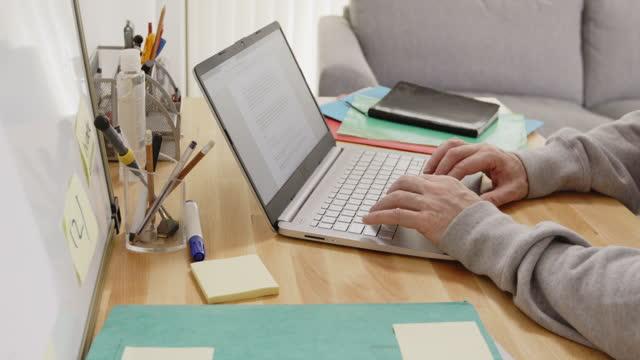 working at home - endast en medelålders man bildbanksvideor och videomaterial från bakom kulisserna