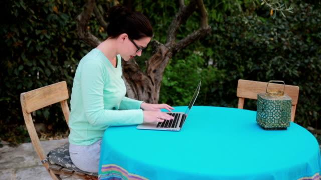 vídeos y material grabado en eventos de stock de trabajar desde casa - sólo mujeres jóvenes