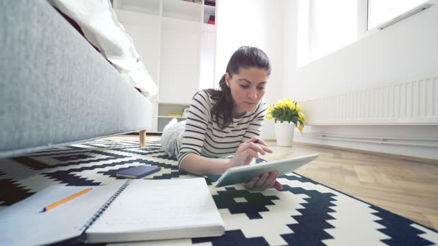 vídeos de stock, filmes e b-roll de trabalhando em casa. - formulário de aplicação