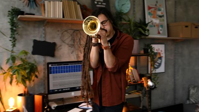 音楽スタジオで働く。新しい曲を書く - レゲエ点の映像素材/bロール