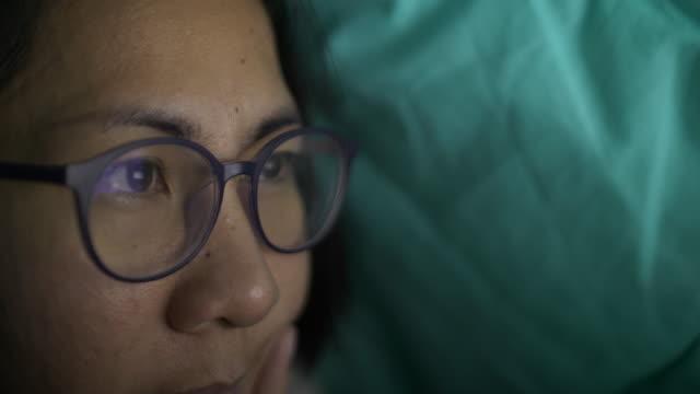 stockvideo's en b-roll-footage met slo mo werkt op moment van de nacht - leesbril