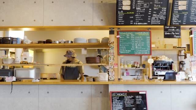 vídeos y material grabado en eventos de stock de working at the cafe - cultura de café