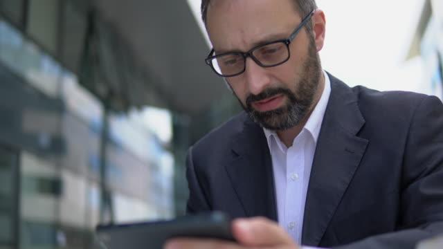 動作のビジネスマン - note pad点の映像素材/bロール