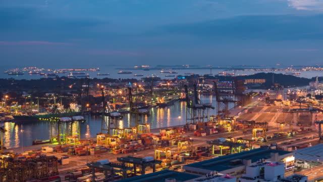 vídeos y material grabado en eventos de stock de barco de grúa y contenedor de trabajo en el puerto industrial por la noche, singapur, día a noche lapse video - grulla de papel