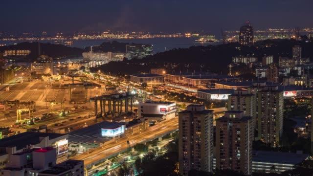 夜の産業港の働くクレーンそして容器の船、シンガポール、夜の時間経過ビデオ - ロマンチックな空点の映像素材/bロール