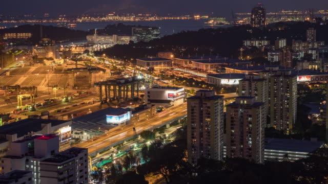 vídeos y material grabado en eventos de stock de grúa de trabajo en el almacén industrial de contenedores en la noche, singapur, video de lapso nocturno - grulla de papel