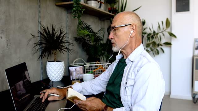 vidéos et rushes de journée de travail à la maison - seniornaute