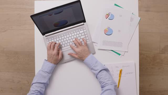 working  during lockdown at home at kitchen table - skrivbord bildbanksvideor och videomaterial från bakom kulisserna