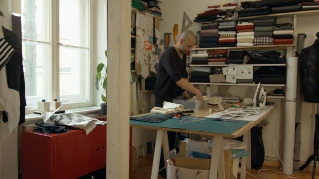 vídeos de stock e filmes b-roll de working fashion designer - só um homem de idade mediana