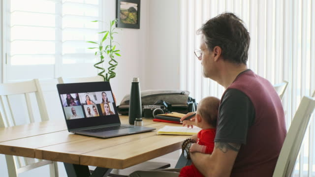 vídeos de stock e filmes b-roll de working father at home on a web chat meeting - employee engagement