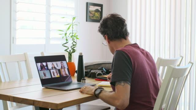 vídeos de stock, filmes e b-roll de pai trabalhador em casa em uma reunião de bate-papo web - trabalho de freelancer