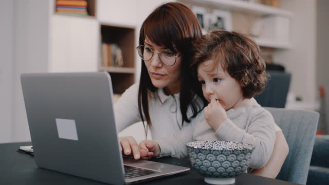 vídeos de stock e filmes b-roll de working from home mom - mãe