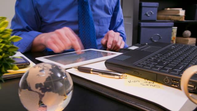 Arbeiten in Büros mit einem tablet-PC, laptop oder smartphone.