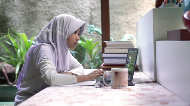 vidéos et rushes de working from home - vêtement religieux