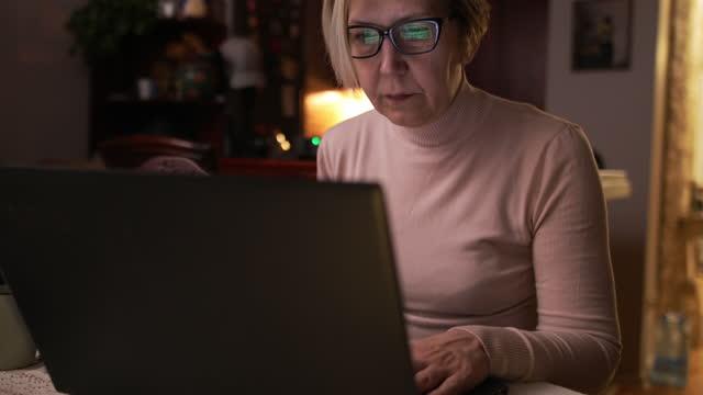 vídeos de stock e filmes b-roll de working from home - trabalhadora de colarinho branco