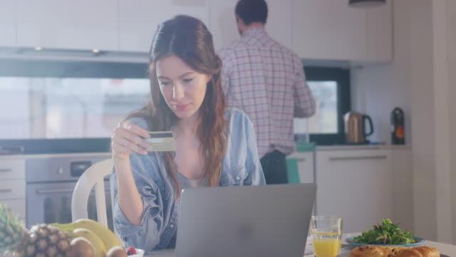vidéos et rushes de travaillant de la maison - carte de crédit