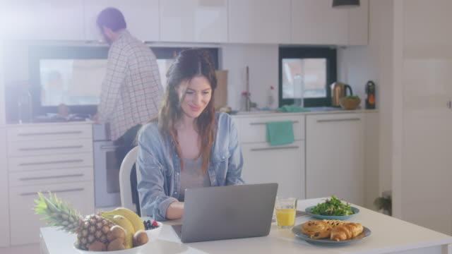 vidéos et rushes de travaillant de la maison - hot desking