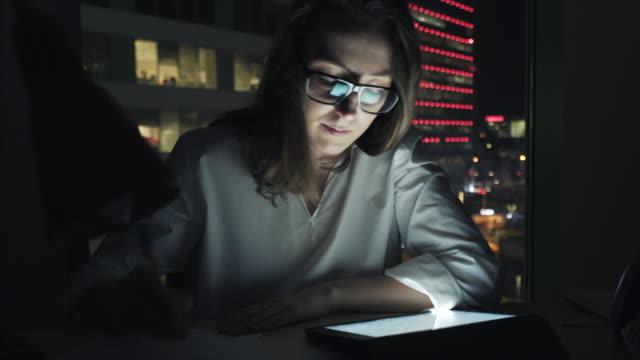 vídeos de stock e filmes b-roll de working hard in the night. - caderno de notas