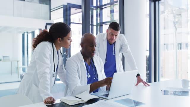 vídeos y material grabado en eventos de stock de trabajando duro para cambiar el mundo de la medicina moderna - three people