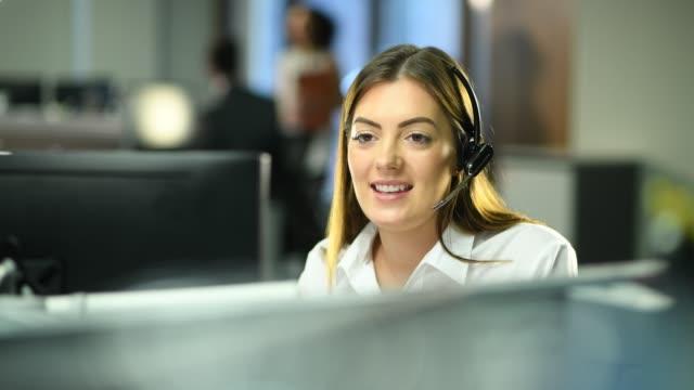 vídeos y material grabado en eventos de stock de trabajo en un centro de llamadas - personas en el fondo