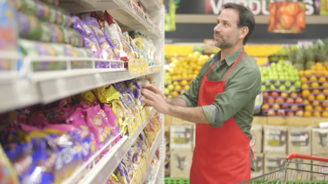 stockvideo's en b-roll-footage met werken in een supermarkt - supermarkt