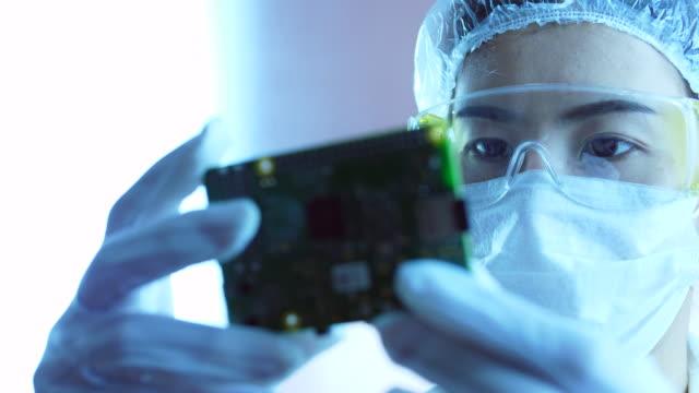 電子部品製造工場での作業 - エンジニア点の映像素材/bロール