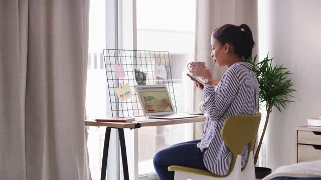 vidéos et rushes de travailler dans le confort avec toutes ses connexions - appartement