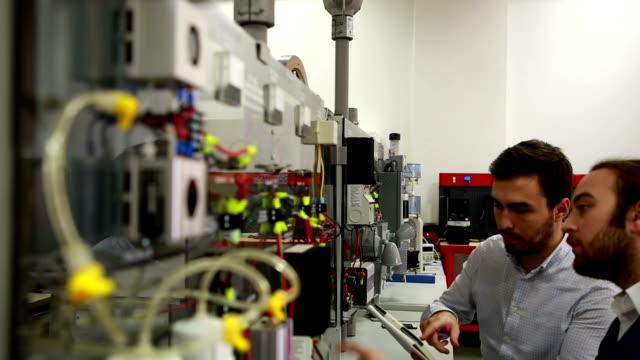stockvideo's en b-roll-footage met werken in het laboratorium van hernieuwbare energie. - sustainable resources