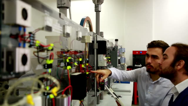 vídeos de stock, filmes e b-roll de trabalhando no laboratório de energia renovável. - recurso sustentável