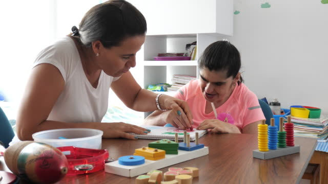 arbeiten im kindergarten mit person mit down-syndrom - person in education stock-videos und b-roll-filmmaterial