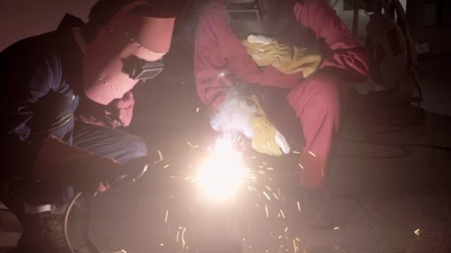 arbeiten in der metallindustrie. - erektion stock-videos und b-roll-filmmaterial