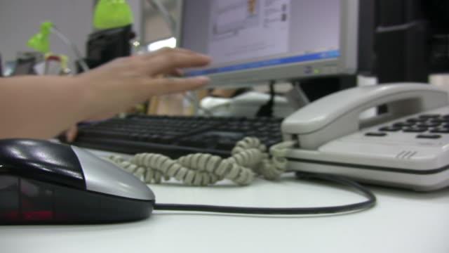 arbeiten im büro. - menschlicher finger stock-videos und b-roll-filmmaterial