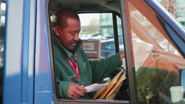 stockvideo's en b-roll-footage met werken in de truck - bestelwagen