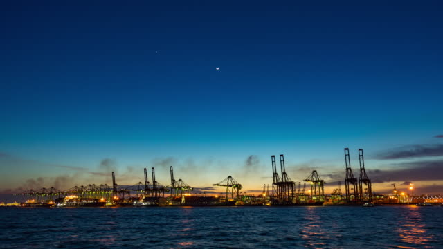 working international industrial port at night, singapur, tag-zu-nacht-zeitraffer-video - station stock-videos und b-roll-filmmaterial