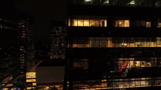 vídeos de stock, filmes e b-roll de trabalhando tarde da noite - fachada