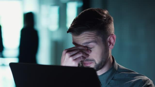 vídeos y material grabado en eventos de stock de trabajo tarde dolor de cabeza negocio quedarse tarde a hacer el trabajo - dolor de cabeza