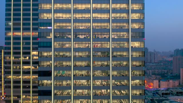 vidéos et rushes de working late in the office building - quartier de bureaux