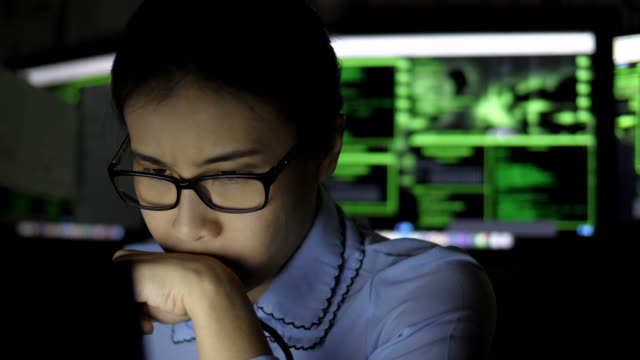 vídeos de stock, filmes e b-roll de trabalhando tarde da noite - trabalhadora de colarinho branco